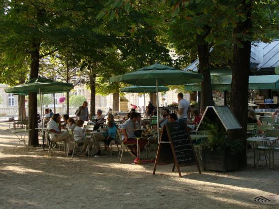 مقهى في حدائق لوكسمبورغ