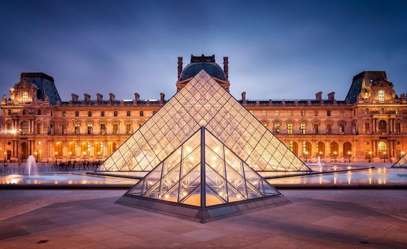 هرم متحف اللوفر في باريس