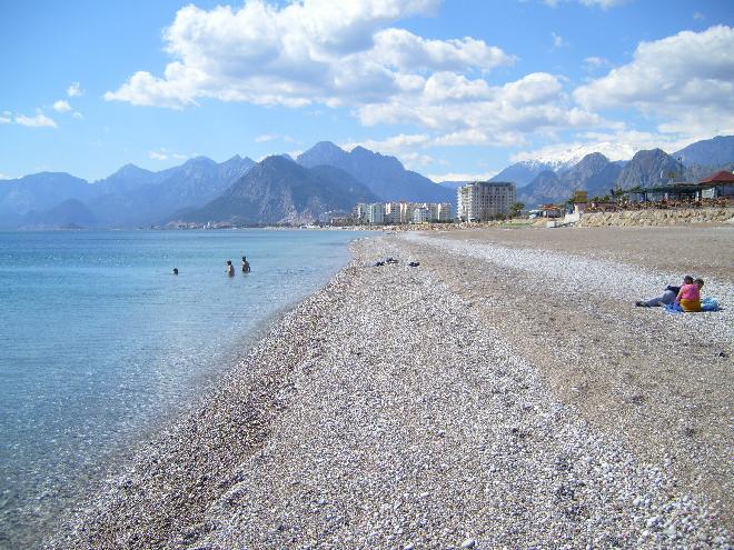 شاطئ انطاليا الاول والاكثر شهرة، شاطئ كونيالتي Konyaalti Beach الحائز على جائزة الراية الزرقاء العالمية
