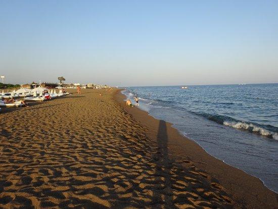 شاطئ لارا Lara Beach يعد من اكبر الاستثمارات في مدينة انطاليا حيث يمتد على مساحة كبيرة ويضم العديد من المطاعم والمقاهي والنوادي الشاطئية بالاضافة إلى مدينة ملاهي وملاعب كرة قدم، ناهيك عن المناطق الترفيهية للاطفال