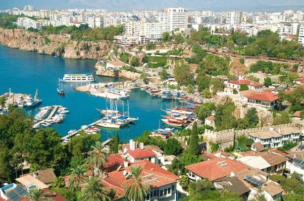 المدينة القديمة في انطاليا تركيا من اهم الاماكن السياحية في انطاليا التي تجتذب السياح زوار مدينة انطاليا