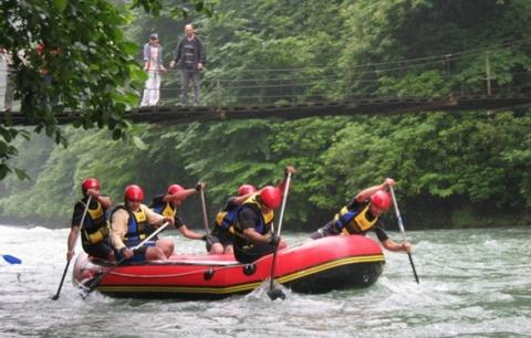 رياضة التجديف في نهر في ريزا