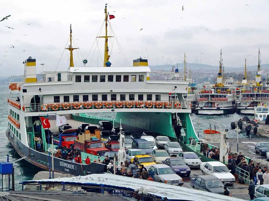 تحوي مدينة اسطنبول عبارات خاصة لنقل السيارات بين اسطنبول الآسيوية واسطنبول الأوروبية حيث يستطيع المسافر هنا أن يأخذ استراحة من عناء رحلته بالسيارة.