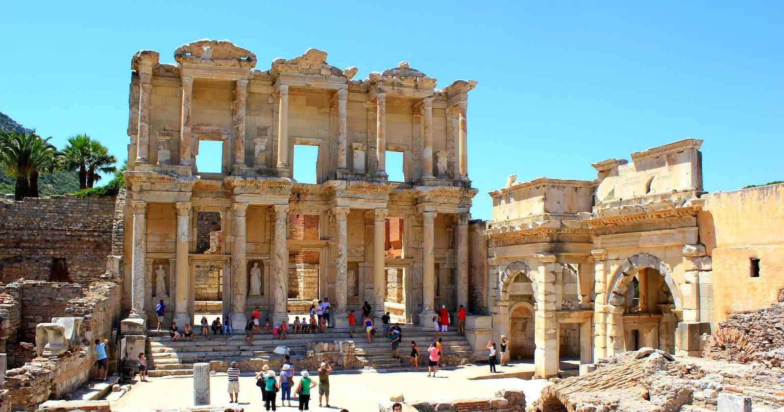 اماكن سياحية في ازمير من اشهرها مدينة افسس التاريخية وهي من اهم معالم السياحة في ازمير واحدا اشهر الاماكن السياحية في ازمير تركيا