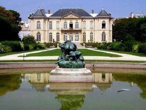 يعد متحف رودان في باريس من اشهر اماكن السياحة في فرنسا