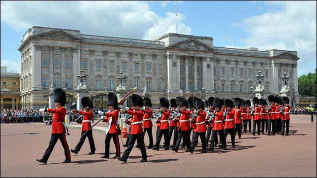 قصر باكينجهام من اهم المعالم في مدينة لندن في بريطانيا