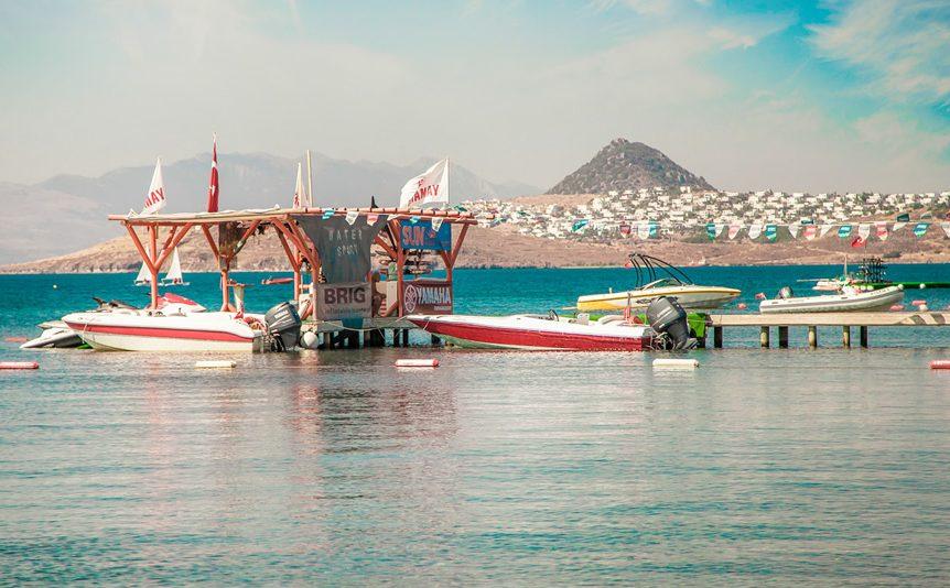 شاطئ فينك من اهم اماكن السياحة في بودروم تركيا يأتي اليه السياح في مدينة بودروم التركية