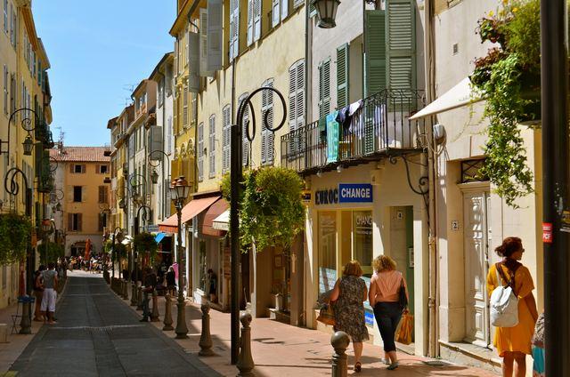 المدينة القديمة في كان فرنسا من اهم مناطق السياحة في كان