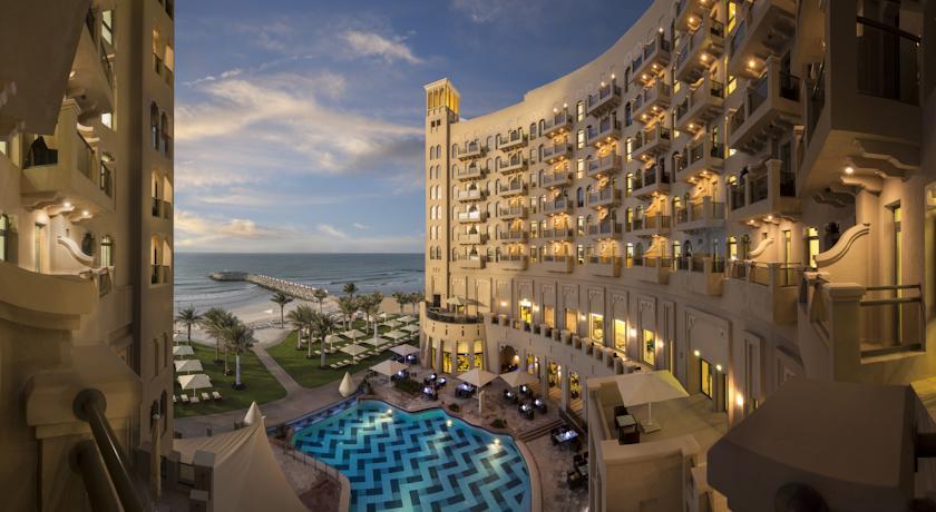 فندق قصر عجمان من ارقى فنادق عجمان يقع على بعد خطوات من شاطئه الخاص على ساحل عجمان