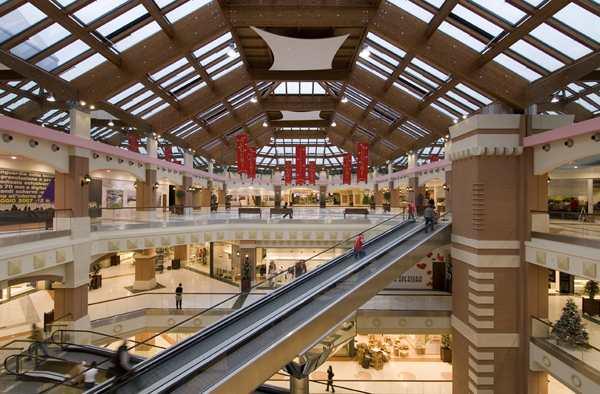 مركز تسوق لا كورت لومباردا من اشهر مراكز التسوق في ميلان