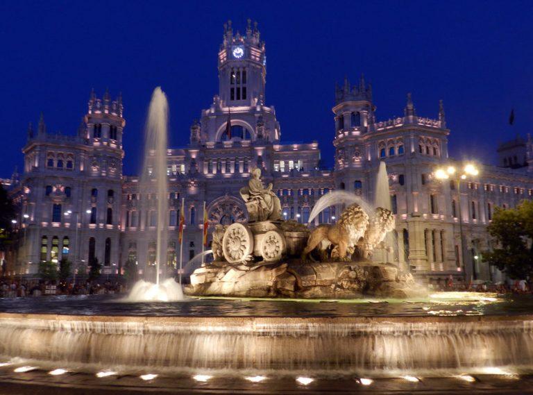 ساحة بلازا دي سيبيليس من اهم الاماكن السياحية في مدريد