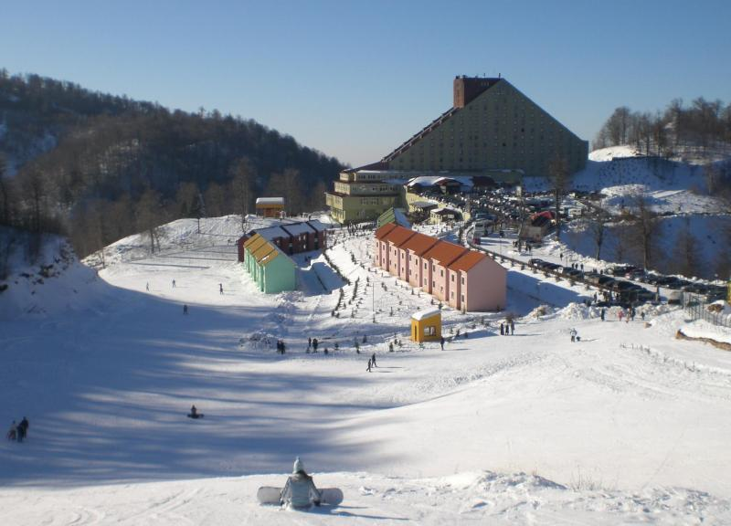 كارتبه من اجمل مناطق تركيا في الشتاء يقع على قمة جبل يصل ارتفاعه الى 1650 متر بالقرب من بحيرة سبانجا الشهيرة