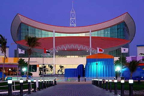 منار مول احد اهم الخيارات لأفضل الاماكن السياحية في راس الخيمةفهو مجمع كبير يضم اكثر من 120 محل تجاري متنوع
