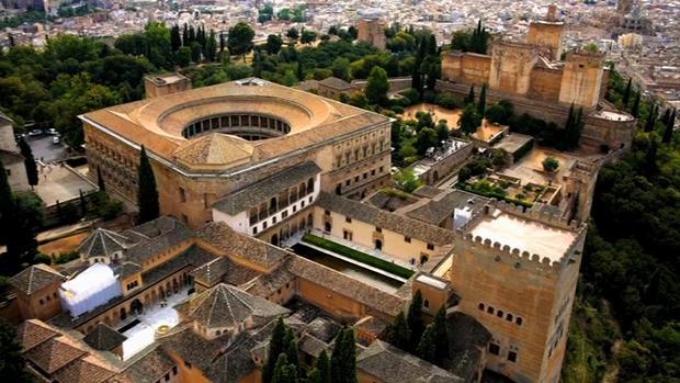 قصر الحمراء في غرناطة من اجمل اماكن السياحة في اسبانيا