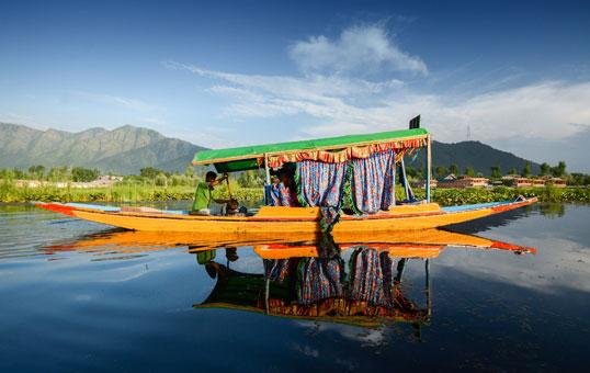 قوارب شيكارا في بحيرة دال