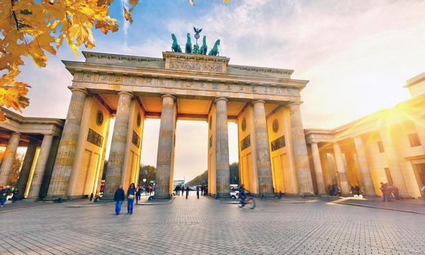 بوابة براندنبورغ في برلين ، تعد من افضل معالم مدينة برلين المانيا