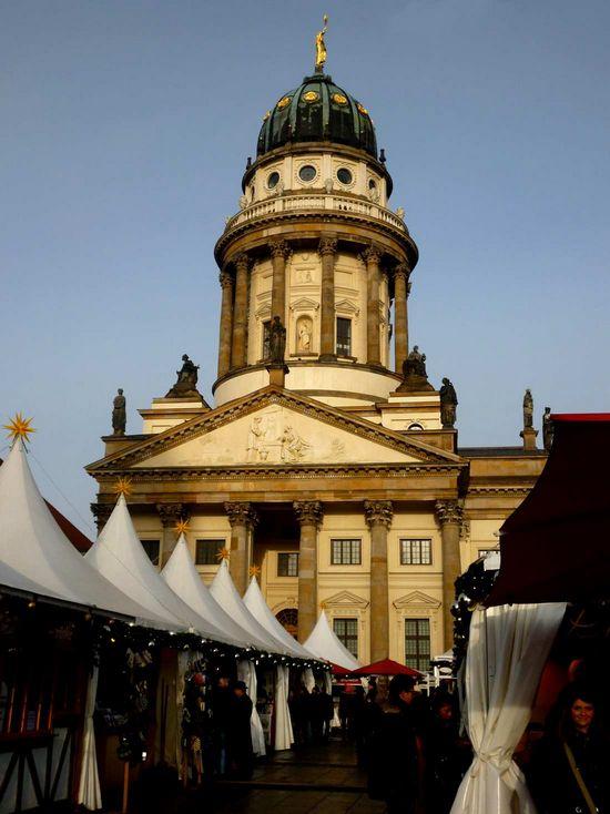 شارع فردريشتراسيه من اهم الاماكن السياحية في برلين المانيا