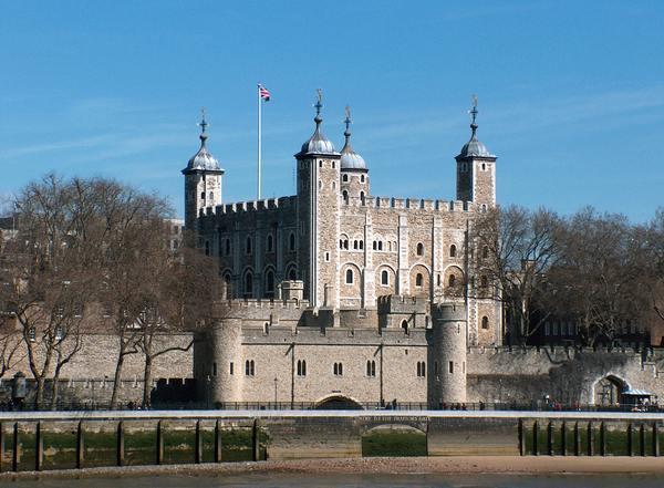 برج لندن من اهم اماكن السياحة في لندن القريبة من جسر البرج لندن