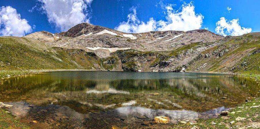 البحيرة السوداء Kara Göl تقع أعلى قمة جبل الأولوداغ في بورصة وهي واقعة بين بحيرتين جميلتين