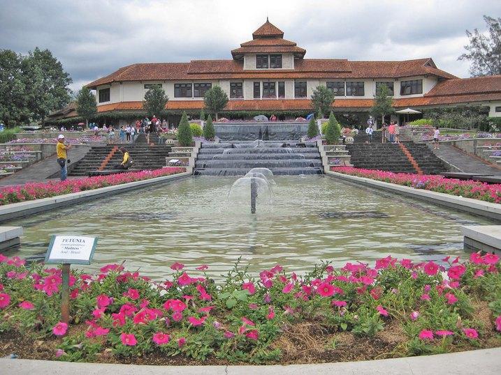 حديقة الزهور من اجمل الاماكن السياحية في بونشاك اندونيسيا