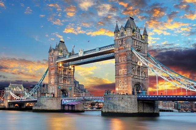 يعد جسر البرج في لندن من اهم الاماكن السياحية في لندن انجلترا القريبة من البرج في لندن