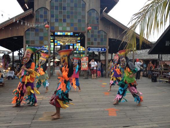 السوق العائم من افضل الاماكن السياحية في بتايا