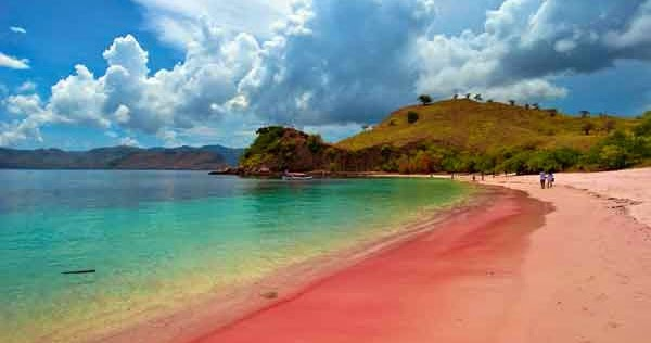 الشاطئ الوردي في جزيرة لومبوك من اهم معالم السياحة في لومبوك