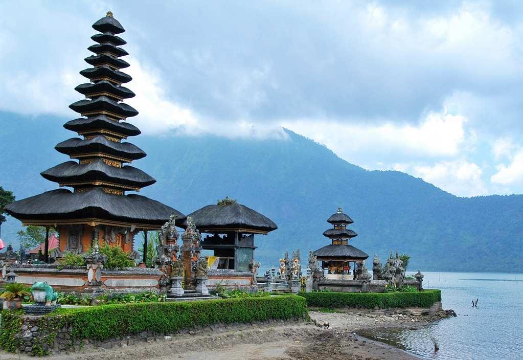 بحيرة براتان من اجمل الاماكن السياحية في بالي اندونيسيا