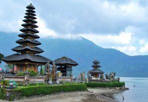 تعرف على بحيرة براتان احدى اجمل اماكن السياحة في بالي اندونيسيا