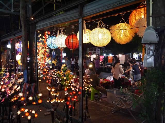 السوق الليلي من افضل اماكن السياحة في شنغماي