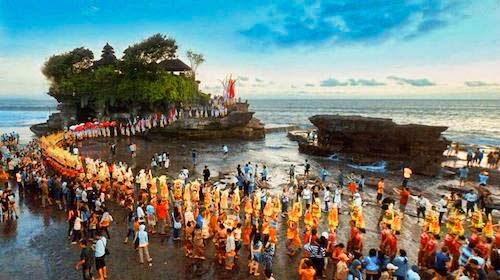 معبد تاناه لوت في مدينة بالي اندونيسيا