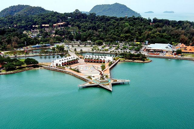 ميدان النسر من اجمل اماكن السياحة في لنكاوي ماليزيا