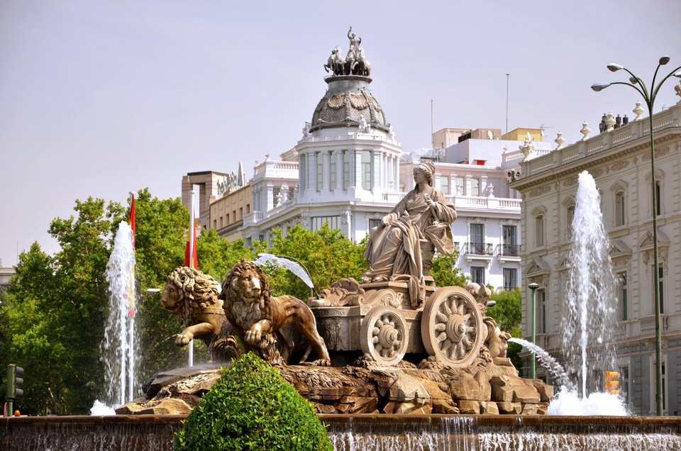 ساحة بلازا دي سيبيليس من اشهر اماكن السياحة في مدريد اسبانيا