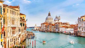 القنال الكبير في فينيسيا من اشهر اماكن السياحة في البندقية ايطاليا