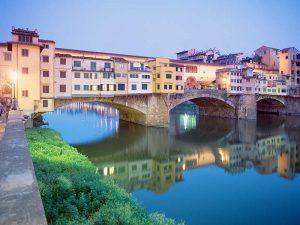 جسر بونتي فيكيو فلورنسا ايطاليا ، يعتبر من اشهر الاماكن السياحية في فلورنسا ايطاليا