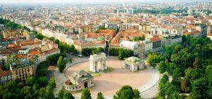يعتبر قوس النصر في ميلان من اشهر معالم السياحة في ميلان الايطالية
