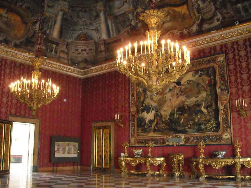 القصر الملكي في مدينة نابولي ايطاليا