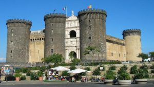قلعة نوفو من افضل الاماكن السياحية في نابولي ايطاليا