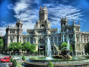 ساحة بلازا دي سيبيليس من اجمل معالم مدينة مدريد في اسبانيا
