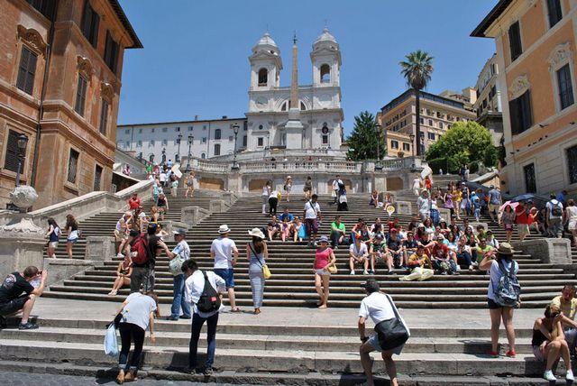 الدرج الاسباني في روما ايطاليا ، من اشهر اماكن السياحة في روما