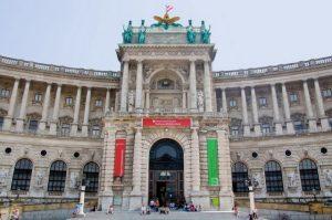 تعرف في المقال على افضل الأنشطة السياحية في المكتبة الوطنية النمساوية بفيينا ، بالإضافة الى افضل فنادق فيينا القريبة منها