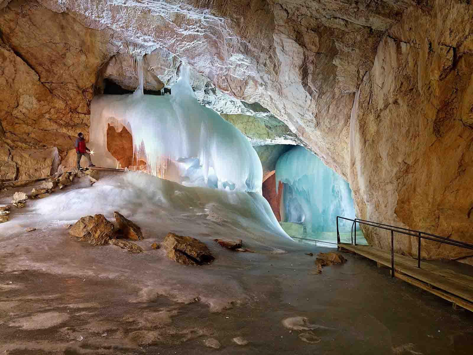 كهوف إيزرايسنفلت من اهم الاماكن السياحية في سالزبورغ