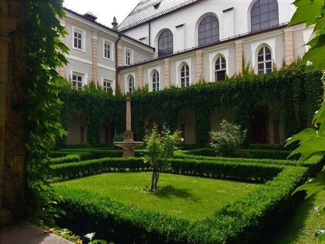 كنيسة هوفكريش من اجمل اماكن السياحة في انسبروك النمسا