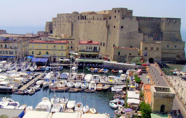 قلعة ديلوفو في نابولي ايطاليا