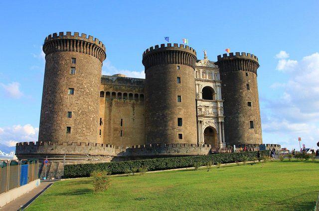 قلعة نوفو من اجمل اماكن السياحة في نابولي ايطاليا