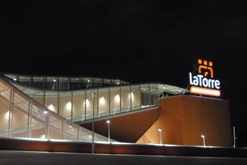 مركز تسوق لا تورري من مراكز التسوق الهامة في مدينة روما