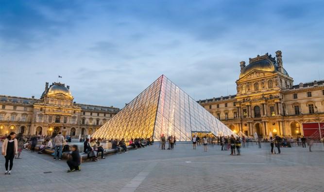 متحف اللوفر في باريس من اشهر متاحف باريس