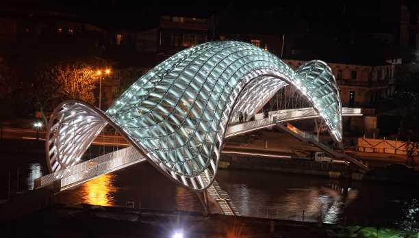 جسر السلام في تبليسي القريب من كاتدرائية الثالوث المقدس في تبليسي