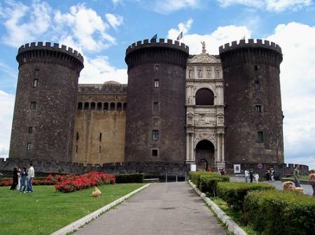 قلعة نوفو من اهم الاماكن السياحية في نابولي