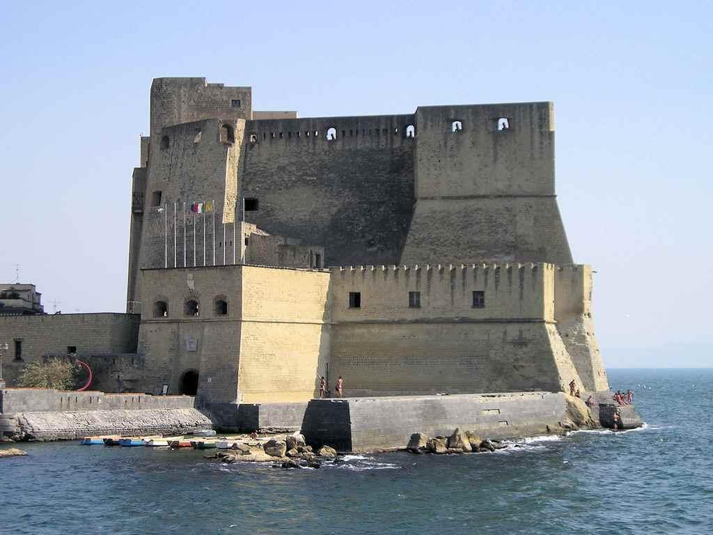 قلعة ديلوفو من اهم اماكن السياحة في نابولي